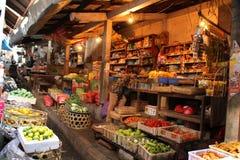 La comida tradicional atasca en el mercado de extensión de Klungkung foto de archivo libre de regalías