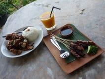 La comida tradicional del Balinese sirvió en un restaurante con la desatención hermosa Fotografía de archivo libre de regalías