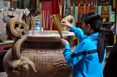 La comida y el incienso pegan el ofrecimiento en un templo Imagen de archivo