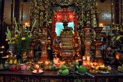 La comida y el incienso pegan el ofrecimiento en un templo Fotografía de archivo libre de regalías