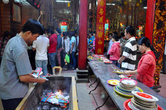 La comida y el incienso pegan el ofrecimiento en un templo Imagen de archivo libre de regalías