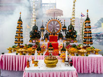 La comida y la adoración a adornar para dios fuman el fondo Imagenes de archivo