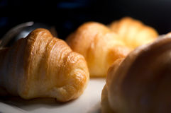 Croissants apetitosos en un fondo blanco Imagenes de archivo