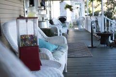 La comodità di un balcone bianco Immagini Stock Libere da Diritti