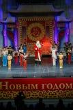 La compañía acrobática de Jinan se realiza en St Petersburg, Rusia Fotos de archivo