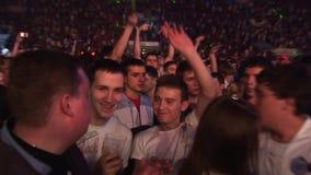 La compañía de amigos aumenta las manos en club nocturno entre otras personas Mire in camera almacen de video