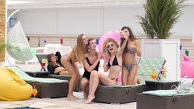 La compañía de amigos en bañadores fotografió en el teléfono almacen de metraje de vídeo