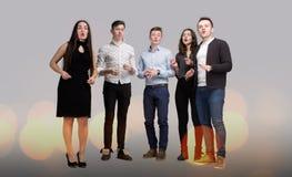 La compañía de la gente joven que canta Foto de archivo