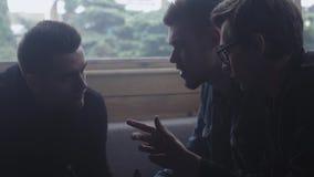 La compañía de muchachos jovenes tiene conversación en café Discurso Amigos día metrajes