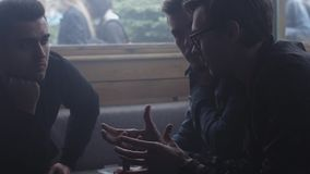La compañía de muchachos jovenes tiene conversación en café Discurso Amigos Gesto almacen de video
