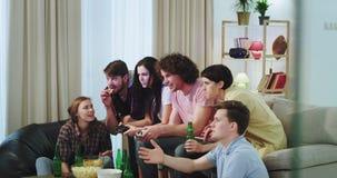La compañía grande muy carismática de amigos es muy emocionada disfrutar del tiempo junto, mientras que dos de los amigos que jue almacen de metraje de vídeo