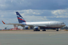 La compañía IL-96-300 (RA-96015) Aeroflot - las líneas aéreas rusas parquearon en el aeropuerto Sheremetyevo Foto de archivo
