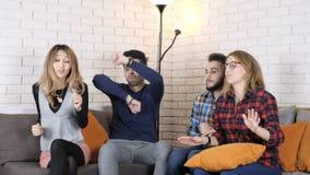 La compañía multinacional se sienta en el sofá y el baile 50 fps