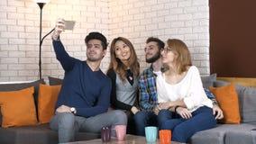 La compañía multinacional se sienta en el sofá y hace un selfie 50 fps
