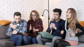 La compañía multinacional se sienta en el sofá y Karaoke del canto 50 fps