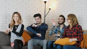 La compañía multinacional se sienta en el sofá y las danzas divertidas 50 fps