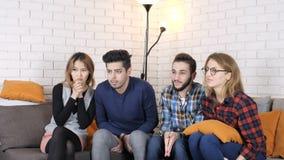 La compañía multinacional se sienta en el sofá y mira fps enojados de la película 50
