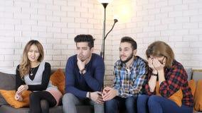 La compañía multinacional se sienta en el sofá y mira los fps impactantes de la película 50