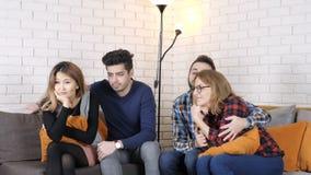 La compañía multinacional se sienta en el sofá y mira los fps románticos de la película 50