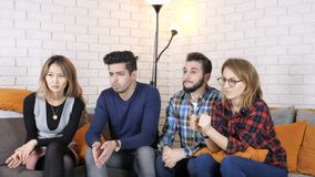 La compañía multinacional se sienta en el sofá y mira un poco de vídeo, haciendo el facepalm gesticula 50 fps
