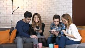 La compañía multinacional se sienta en el vídeo del sofá y del reloj en la tableta y el smartphone 50 fps