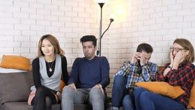 La compañía multinacional se sienta en los fps de la película de acción del sofá y del reloj 50