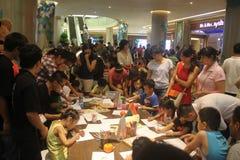 La competencia de la pintada de los niños en el SHENZHEN Tai Koo Shing Commercial Center Foto de archivo