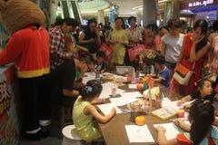 La competencia de la pintada de los niños en el SHENZHEN Tai Koo Shing Commercial Center Foto de archivo libre de regalías