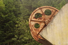 La composición abstracta de industrial viejo rueda adentro el bosque Imagenes de archivo