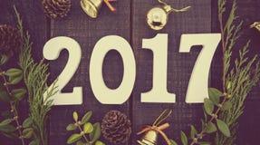 La composición con el árbol de navidad adornado y numera 2017 como s Fotos de archivo libres de regalías
