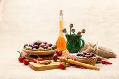 La composición con el vinagre, queso junta las piezas en aceite, aceitunas y pimientos picantes de oliva Imagenes de archivo