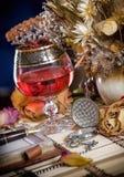 La composición con los vidrios de vino e ikebana Fotos de archivo libres de regalías