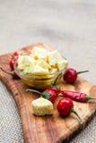 La composición con queso junta las piezas en aceite y pimientos picantes de oliva Fotos de archivo