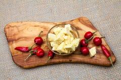 La composición con queso junta las piezas en aceite y pimientos picantes de oliva Imagen de archivo