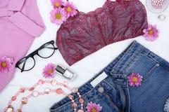 La composición con ropa, los accesorios y la lila femeninos de moda florece Imágenes de archivo libres de regalías