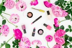 La composición de la belleza con rosa florece el ramo y compone los cosméticos en el fondo blanco Visión superior Escritorio feme Fotografía de archivo