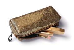 La composición de cosméticos en caja de oro y el cosmético empaquetan foto de archivo