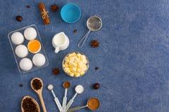 La composición de la hornada eggs las herramientas de la cocina de las especias de la mantequilla de la leche Fotografía de archivo