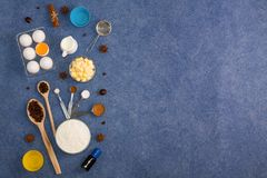 La composición de la hornada eggs las herramientas de la cocina de las especias de la mantequilla de la leche de la harina Imágenes de archivo libres de regalías