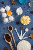 La composición de la hornada eggs las herramientas de la cocina de las especias de la mantequilla de la leche de la harina Fotografía de archivo libre de regalías