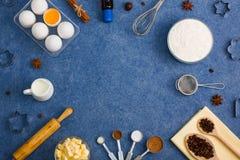 La composición de la hornada eggs las herramientas de la cocina de las especias de la mantequilla de la leche de la harina Fotos de archivo