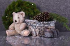 La composición de la Navidad con el peluche refiere el backgroun gris de las lanas Fotografía de archivo