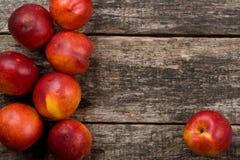La composición de los alimentos simple con las nectarinas en el primer único del forro Imagen de archivo