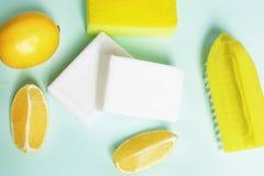La composición de los detergentes para las manchas del blanqueo en un fondo azul fotografía de archivo libre de regalías