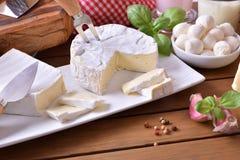 La composición de los productos lácteos en una tabla de madera elevó la visión Imagen de archivo libre de regalías