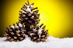 La composición de la Navidad del árbol de navidad juega en un fondo amarillo Foto de archivo