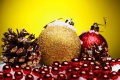 La composición de la Navidad del árbol de navidad juega en un fondo amarillo Imagen de archivo