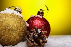 La composición de la Navidad del árbol de navidad juega en un fondo amarillo Fotos de archivo libres de regalías