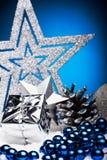 La composición de la Navidad del árbol de navidad juega en un fondo azul Imagenes de archivo
