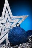 La composición de la Navidad del árbol de navidad juega en un fondo azul Imagen de archivo libre de regalías
